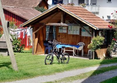 Gartenhaus und Fahrrad - Obsthof Mainberger